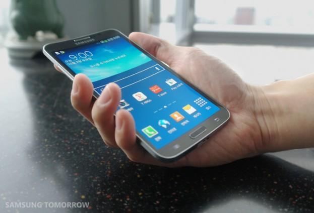 Samsung-Galaxy-Round-hand